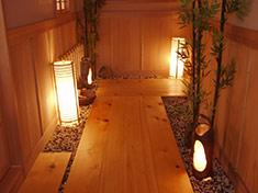 小部屋につながる檜の通路